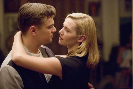V filmu Krožna cesta se Frank (Leonardo DiCaprio) in April Wheeler (Kate Winslet) zaljubita
