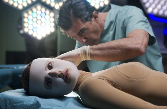 Antonio Banderas in Elena Anaya v filmu Pedra Almodovarja Koža v kateri živim (La piel que habita)
