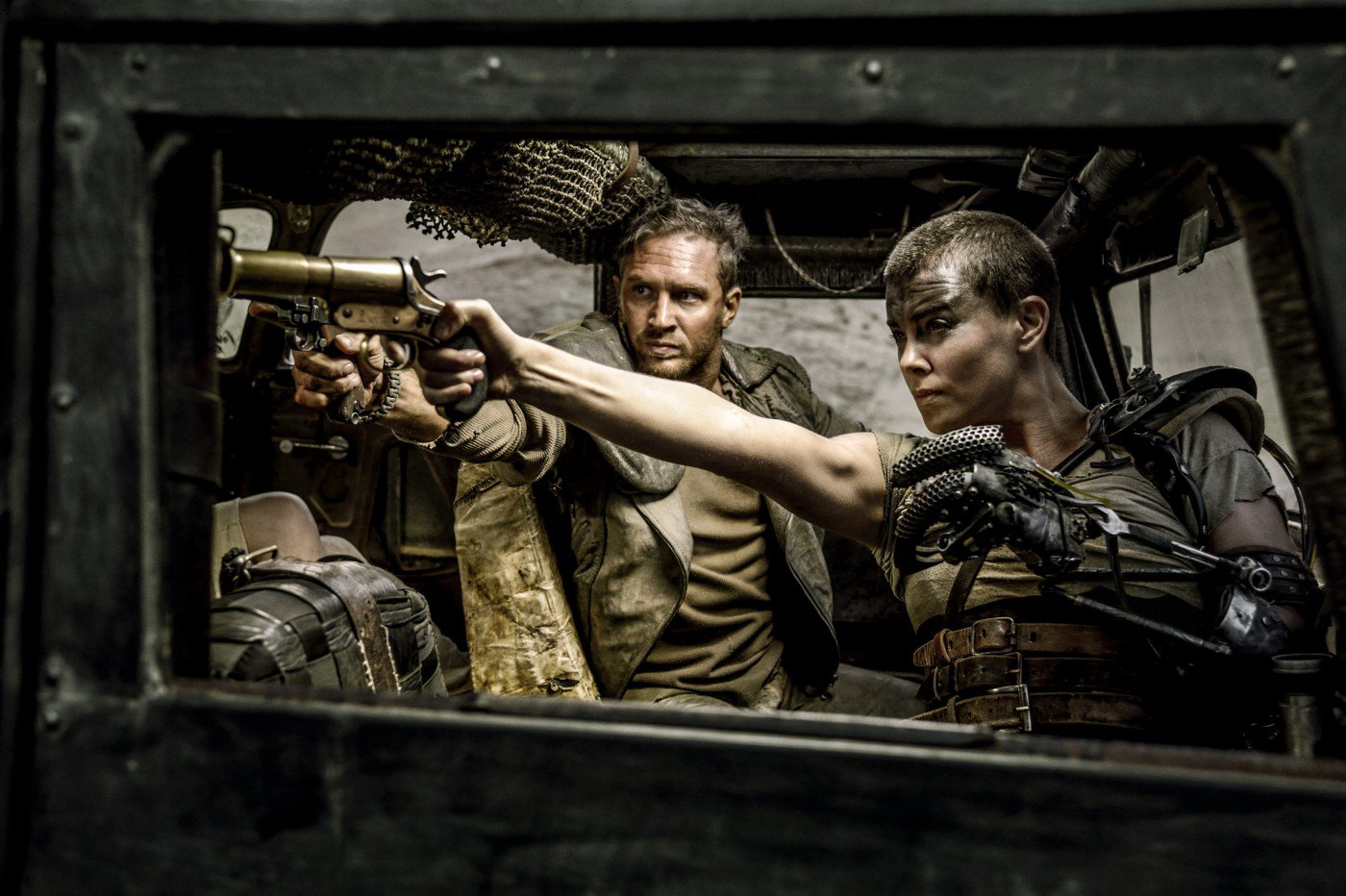 Charlize Theron in Tom Hardy v filmu Pobesneli Max: Cesta besa (Mad Max: Fury Road)