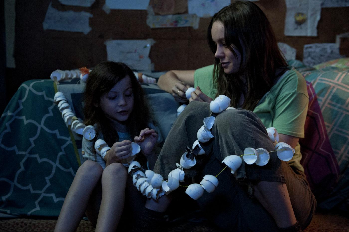 Brie Larson in Jacob Tremblay v filmu Soba (Room).