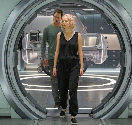 Jennifer Lawrence in Chris Pratt v filmu Potniki (Passengers).
