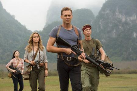 Brie Larson in Tom Hiddleston v filmu Kong: Otok lobanj.
