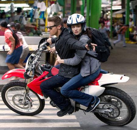 Jeremy Renner in Rachel Weisz v filmu Bournova zapuščina (The Bourne Legacy).
