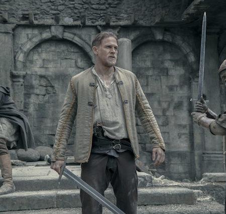 Charlie Hunnam v filmu Kralj Artur: Legenda o meču.
