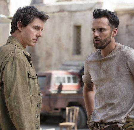 Tom Cruise in Jake Johnson v filmu Mumija.
