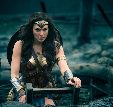 Gal Gadot v filmu Čudežna ženska (Wonder Woman).