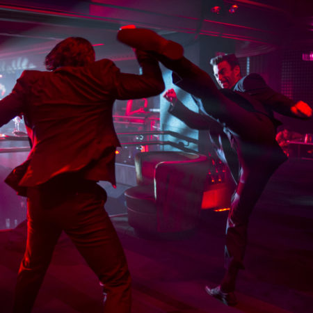 Keanu Reeves se pretepa in strelja v filmu John Wick.