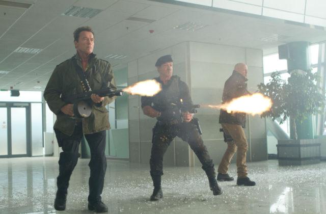 stallone, willis in schwarzenegger v filmu plačanci 2 (the expendables 2)