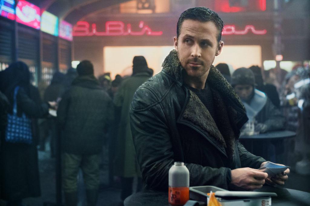 ryan gosling v filmu iztrebljevalec 2049 (blade runner 2049)