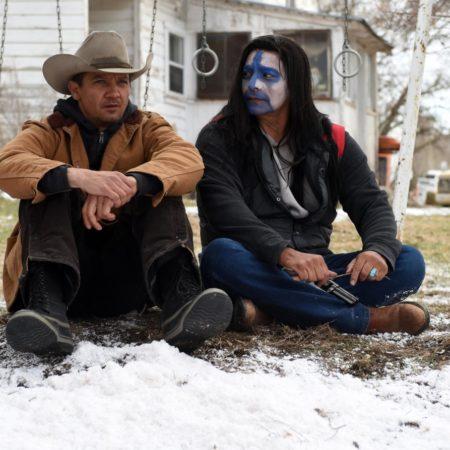 jeremy renner v filmu sledi v snegu wind river