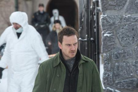 Michael Fassbender v filmu Snežak.