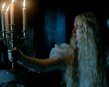 Mia Wasikowska v filmu Škrlatni vrh (Crimson Peak).