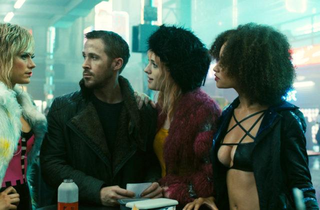 ryan gosling in replikantke v filmu iztrebljevalec 2049 blade runner